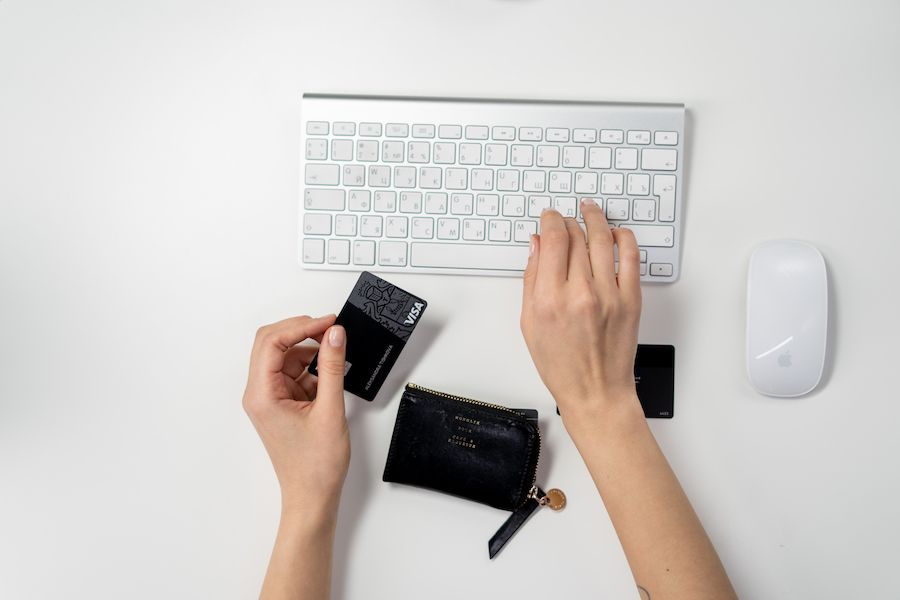 pedir un préstamo o usar la tarjeta de crédito