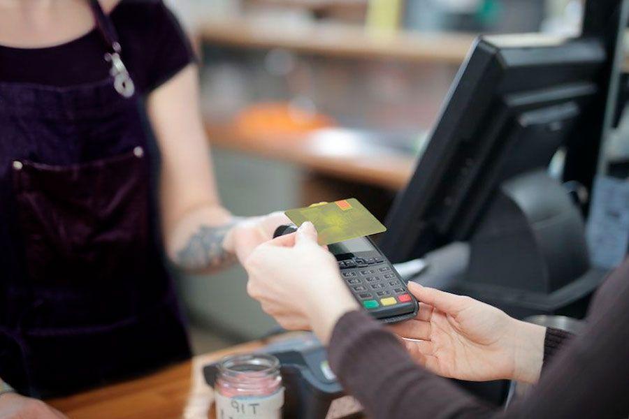 combinar tarjeta débito crédito